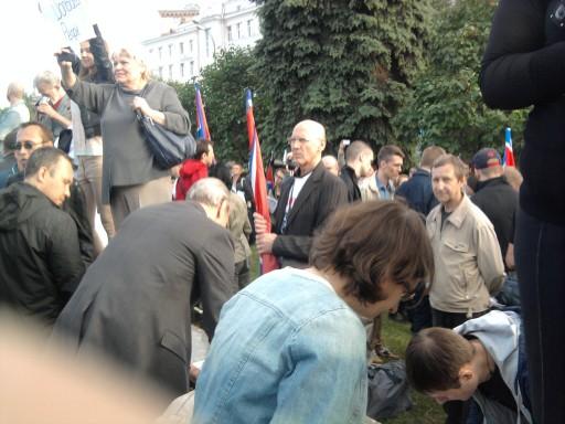 Люди вынуждены стоять на бортиках и газонах