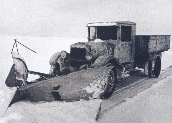 Снегоочиститель ДАК-5 на грузовике ЗИС-5 обслуживал ладожский зимник.  Фото: филиал ЦВММ «Дорога жизни» в Осиновце