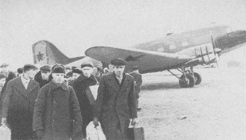 Самолет ПС-84 доставил рабочих Кировского завода на Большую землю. Фото: blokada.otrok.ru
