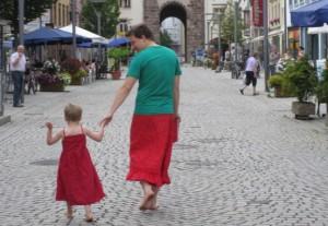 Отец и сын идут по пешеходной зоне немецкого городка
