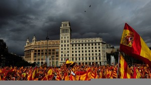 Реют порознь флаги Каталонии и Испании